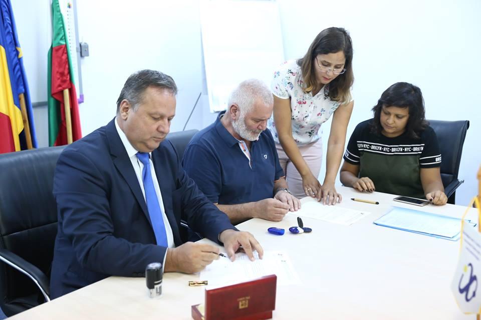 """Președintele Consiliului Județean Călărași, Vasile Iliuță și primarul din Silistra, Yulian Naydenov au semnat contractul de finanțare pentru proiectul """"Dezvoltarea produselor comune de turism și revitalizarea moștenirii culturale"""""""