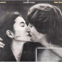Album semnat de John Lennon pentru asasinul său, în urmă cu 40 de ani, scos la licitaţie